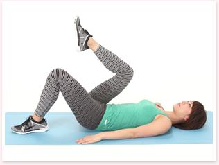 ひざを胸に近づけるように、片足ずつ交互に足を上げます