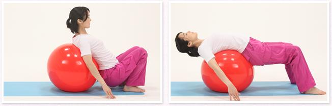 バランスボールを背中側に置き、バランスボールに体重を預け、手は床に軽く置きます