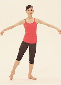 上体を起こして右足をポイント。