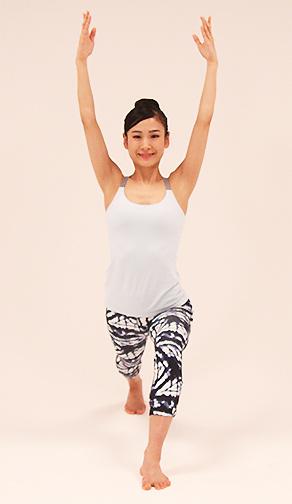 ②右足を大きく後ろに引いて両手を上に持ち上げて。首・肩はリラックス。