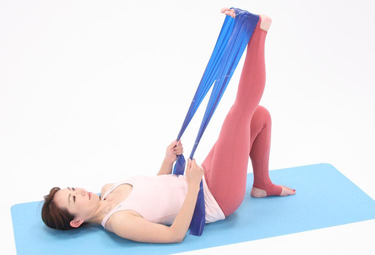 一度息を吸って準備をし、吐きながらひざ下を天井に向けて伸ばし、さらにふくらはぎの裏を伸ばすように、かかとを天井に