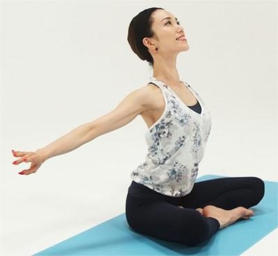 吸って、背中を伸ばしながら手は遠くを通って、戻してきます。胸を開きながら手を後ろに持っていきます