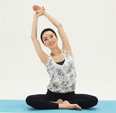 肩甲骨から手を遠くに離すように斜め上に引っ張ったら、緩めます