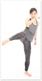 お腹の筋肉で足を持ち上げて、胸に寄せるイメージでひざを持ち上げる