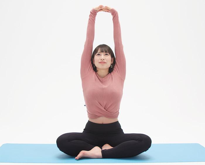 吸って手を上。背骨を長く伸ばすようにして、心地よく伸びます。