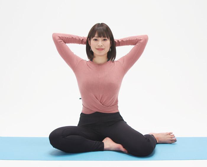 手を外側から開き、両手を絡めたら頭の後ろで組みます。