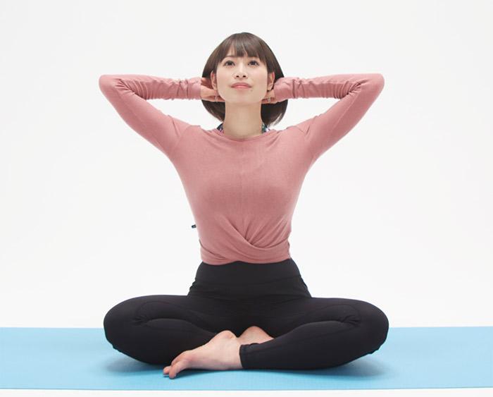 両手を首元に添えて、背骨を伸ばすように首を上に引き上げます。
