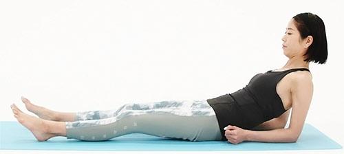 足を前に伸ばして、腰幅に広げます。