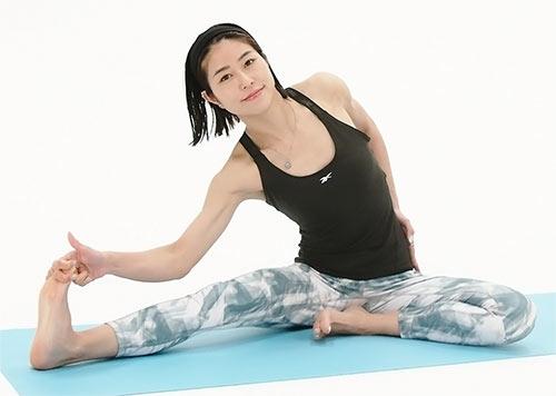 鼻から息を吸って、吐きながら骨盤から体を横に落としていきます。頭から下りないように。またお尻が上がらないように、坐骨はマットに均等に置きましょう。