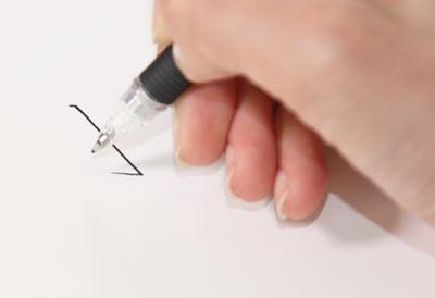縦画を書く時は、人差し指 はねる時は、中指