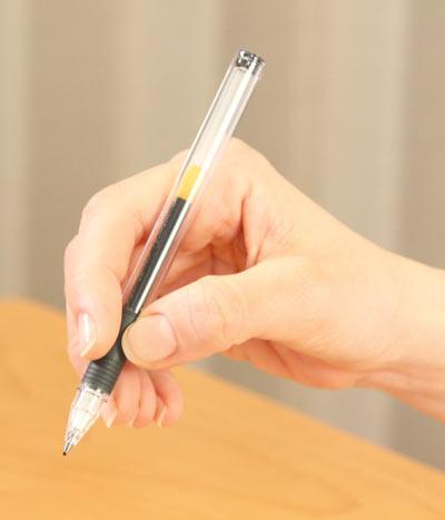 親指・人差し指・中指の3本で、ペンを均等