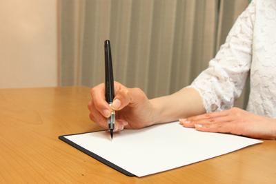横画を書く時は、親指で押します。