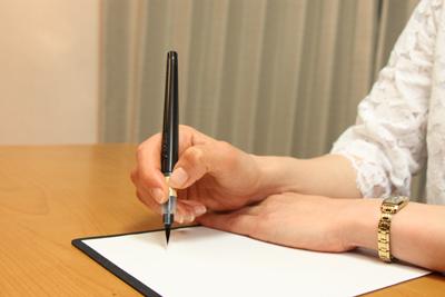 難しい方は、反対の手を下に置いて書く方法もあります。