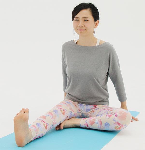 長座から、右足は前に伸ばしたまま、左足はつま先を内側にして曲げます。