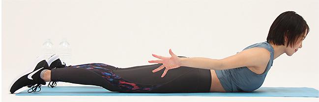 両手は外側に開き、上半身を持ち上げて、肩甲骨を寄せてゆっくり戻します