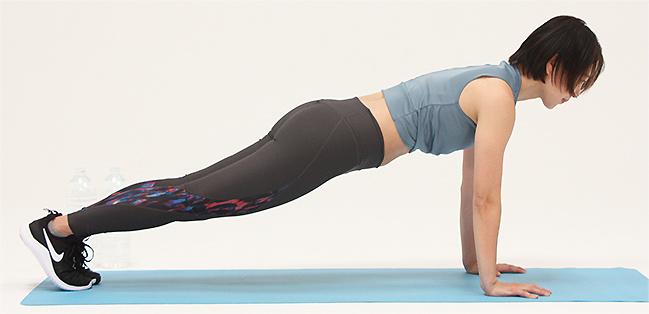 お尻を引いて股関節から上半身を折り曲げます
