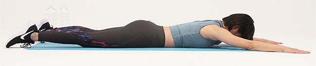 うつ伏せの状態になり、手足を伸ばして肩幅程度に