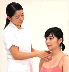 首のシワは、加齢による顔のたるみや猫背が一因