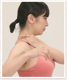 息を鼻から吸って、口から吐きながら、肩井をグーッと押して、肩を3回まわします。3回目は少し強めに肩井を押しましょう。
