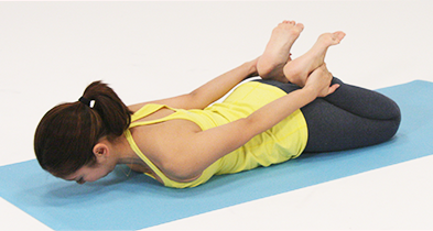 骨盤をまっすぐ立て、坐骨の上に身体が乗っているのを意識