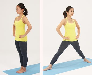 指を組み、手の平を上向きにして腕を上げ、背中を伸ばします