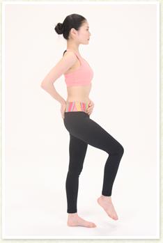 お腹の筋肉で足を引き上げる