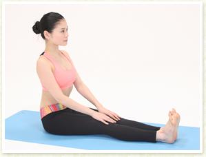 恥骨が真下に向くように腰を立てて、骨盤を平行にし、立っている時と同様に正しい姿勢を