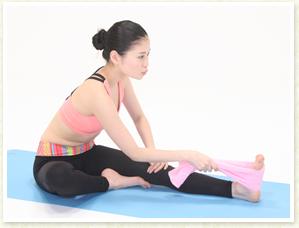 息を吸って腹直筋を引き上げ、息を吐きながらおへそを前に押し出し、さらにひざ裏を伸ばします