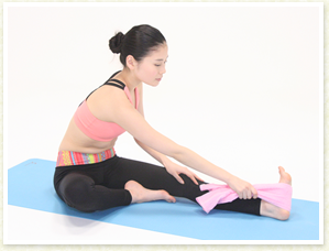 足の裏にフェイスタオルを引っ掛けて右手で持ち、ひざ裏が伸びるように