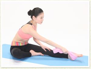 足首を大きく回してひざの両脇の筋を伸ばしていきます