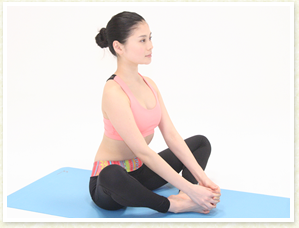 恥骨が真下に向くように腰を立てて、立っている時と同様に正しい姿勢を作ります