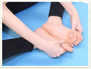 足の裏が天井に向くように手で開き、開き方の左右差をチェック