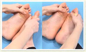 足の裏を合わせてあぐらの体勢に戻り、足の裏を天井に向くように手で開いて左右の開き方の違いをチェック