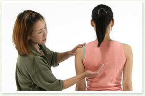 肩甲骨の歪みの調整1