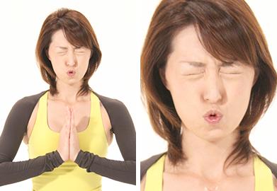 準備運動として顔全体の筋肉をほぐしながら血行・リンパの流れを良く