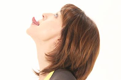 口を開き、あごの力を抜いた状態で、舌先を三角に尖らせ、天井に向けて刺すように突き出して、10秒キープ