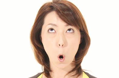 鼻で呼吸を続けながら顔は正面に残し目線だけを自分の頭頂を見るようにゆっくり上げていきます