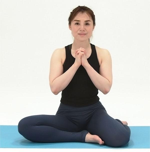 左足を引き寄せたら、右足を外側に曲げ、横座りの体勢に。坐骨を床に均等に付けたら、右足から長座