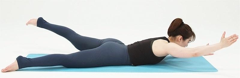 うつ伏せで両手・両足は少し広めに開いたら、右手と左足を同時に持ち上げ、ゆっくり下ろします。