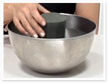 吸水スポンジが完全に沈むだけの水を張った容器に、静かに置きます。