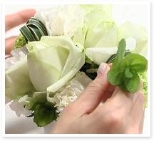 最後にグリーン2のミントを挿します。茎の長さは、メインのバラより低く、サブのカーネーションよりは高くなることを目安にカットし、下葉は落とします。