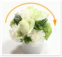 ★アレンジの出来上がりがなだらかな山形のフォルムになるように、すべての花材を中心に向かって挿すことを意識します。