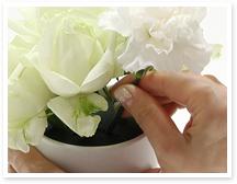 ★花材を挿すときは、茎が折れやすいので、花ではなく茎をもって挿しましょう。