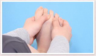 同じように、人差し指と中指の間、薬指と中指の間をほぐす。