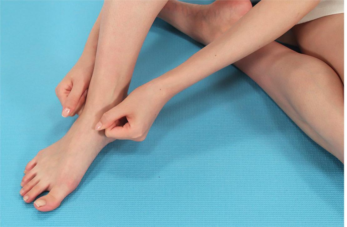 足首にジェルをしっかり馴染ませたら、両手でグーをつくり、くるぶしの周りをぐるぐると、大きく包み込むようにマッサージ