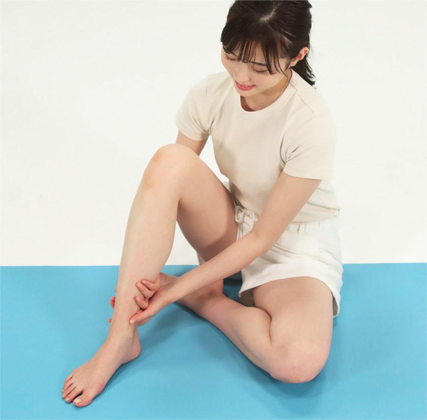 両手で、つま先から足の裏~くるぶし~ふくらはぎ~ひざの裏~太もも~鼠径部まで、一気に流します