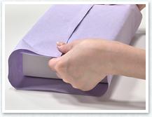 箱の両サイドを持って、箱が紙の真ん中にあるか確認します。