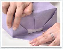 箱の中央で紙を合わせ、①で貼ったら両面テープで留めます。