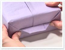 下側の紙と三角の部分が合わさったところで外側に折り、案内線をつけます。