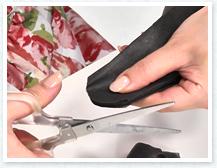 じゃばらに折った不織布の端を丸く花びら型にカットします。